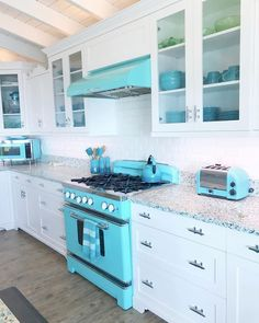 Home Renovation Design Big Chill Retro Stove - Retro Collection ❤️ The stove EVERYONE is talking about! Retro Kitchen Appliances, Kitchen Cabinets, Retro Kitchens, Kitchen Cupboard, Kitchen Counters, Kitchen Sink, Beach House Kitchens, Home Kitchens, Small Kitchens