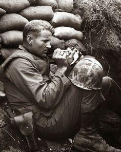 Kore savaşında yavru bir kediyi besleyen asker, 1952  Marine soldier and the kitten, 1952