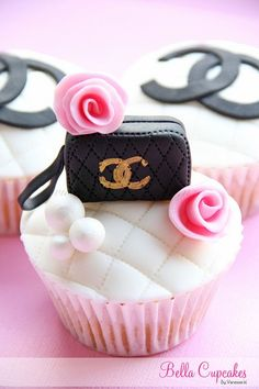 This Chanel Cupcake is amazing! I know what cake I want for my next birthday now ;)