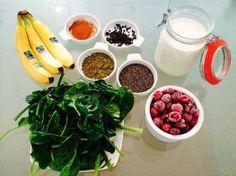 Vegan Pre Workout Shake frisch gepresste Mandelmilch 2 Bananas eine handvoll Spinat gefrorene Himbeeren 1 EL Hanfprotein 1 EL Chiasamen 1 TL Papayakerne Zimt