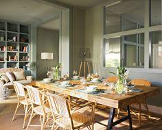 Comedor con salón de fondo, pintado de verde. Cristalera, mesa de madera y sillas de fibra 00342791