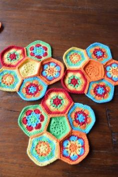 Gratis patroon African Flower bal. - Hobby Gigant Crochet Baby Toys, African Flowers, Hexagon Quilt, Vintage Crochet, Pet Toys, Flower Power, Yarn Crafts, Knitting Patterns, Quilts