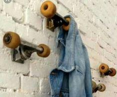 11 DIY Wandhaken Ideen – HomelySmart HomelySmart - Home Decor Ideas Room Ideas Bedroom, Bedroom Decor, Music Bedroom, Teen Bedroom, Bedrooms, Skateboard Room, Skateboard Furniture, Skateboard Light, Pipe Furniture