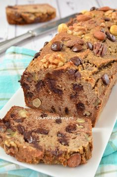 Bananenbrood met noten en chocola - Laura's Bakery - banana bread with nuts and chocolate Quick Bread Recipes, Pastry Recipes, Sweet Recipes, Baking Recipes, Cake Recipes, Healthy Cake, Healthy Baking, Good Food, Yummy Food