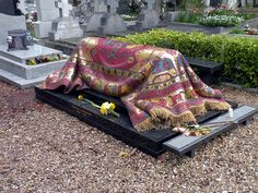 The grave of the famous dancer and choreographer, Nureev, designed by the artist Ezio Frigerio in Paris. A mosaic that depicts one of the oriental kilim carpets that Nureev loved so much.