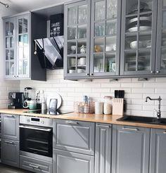 New kitchen backsplash designs black countertops Ideas Apartment Kitchen, Home Decor Kitchen, Kitchen Interior, New Kitchen, Ikea Dining Room, Cocina Shabby Chic, Country Kitchen Designs, Kitchen Country, White Kitchen Cabinets