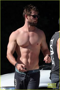 21 Chris Hemsworth Shirtless Photos That Will Do Unspeakable Things to Your Body Chris Hemsworth Thor, Chris Hemsworth Torse Nu, Chris Hemsworth Sem Camisa, Pretty Men, Gorgeous Men, Hemsworth Brothers, Actrices Sexy, Raining Men, Shirtless Men