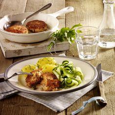 Lachs-Frikadellen mit Gurkensalat und Petersilienkartoffeln Rezept | LECKER