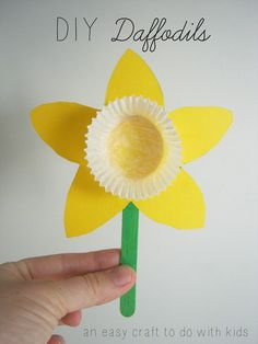 Spring is in full bloom! Get into the sunny spirit with this DIY Daffodil craft from Mend and Make New! These sunshiny flowers make for a sweet gift to a grandparent or a darling room decoration! We love the idea of making a whole bouquet! Easy Easter Crafts, Daycare Crafts, Easter Crafts For Kids, Crafts To Do, Preschool Crafts, Kids Diy, Flower Craft Preschool, Easter Art, Simple Crafts