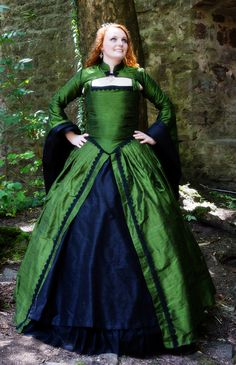 I finally present: The dress of my dreams (my wedding dress), made by my dear friend Nina. It's after a tudor pattern with elements of fantasy, and it looks so amazing! :) You should have seen the green dupion silk reflect in the sun <3