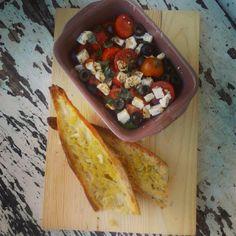Salada grega e pão de alho e azeite