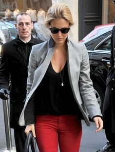 Grey blazer, black shirt, and red jeans! Red Skinny Pants, Red Pants, Red Trousers, Fall Outfits For Work, Cool Outfits, Skirt Outfits, Looks Style, My Style, Looks Jeans