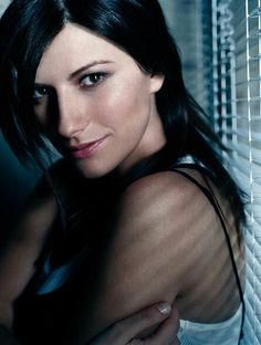 Laura Pausini - Songs about the Ocean by Pop Singers, Female Singers, Taylor Swift, Divas, World Most Beautiful Woman, Love Culture, Foto Pose, Poses, Interesting Faces