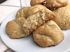 These Paleo Sesame - Honey Cookies are made using tahini and they are nut free, egg free and dairy free! They are the perfect Paleo planted based treat. Sesame Cookies, Honey Cookies, Paleo Cookies, Dark Chocolate Chips, Chocolate Chip Cookies, Healthy Treats For Kids, Healthy Recipes, Paleo Honey, Bite Size Cookies