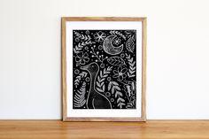 Illustrazione da scaricare subito con oca, luna e fantasia di foglie e fiori bianco su nero effetto gessetti di IlluminoHomeIdeas su Etsy
