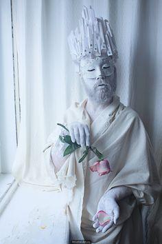 Маска, карнавал, снежный король, корона, стразы, сон, сказка, роза, лепесток, холод, увядание.