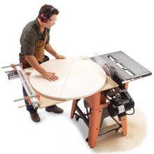 Cortar circulos na serra circular de mesa, um simples jig e extenção da mesa possibilita esse corte sem maiores problemas:        http://www...