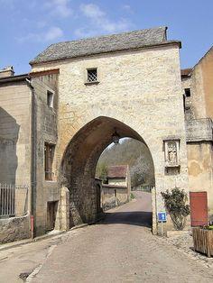 Noyers-sur-Serein (Yonne) - Porte de Tonnerre et Tour du guetteur. Bourgogne Serein, Medieval Tower, Beaux Villages, France, Arches, Towers, Barcelona Cathedral, Den, Burgundy