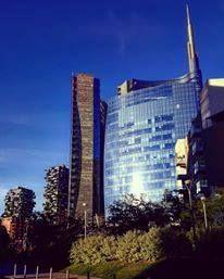 Immerso nel blu anche il nuovo quartiere.. Foto di Antoine Laguerre #milanodavedere Milano da Vedere