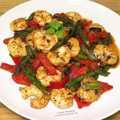 Las mejores recetas fitness y la mejor cocina saludable la encontrarás aquí. Hoy Espárragos trigueros con gambones y pimientos asados ¡Te encantarán!
