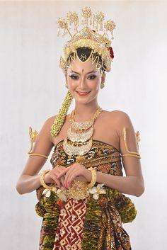 Javanese wedding dress called 'Paes Ageng Basahan'