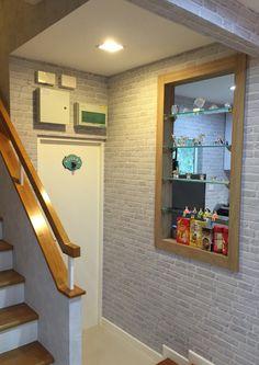 วอลล์เปเปอร์ลายอิฐเทา กับห้องใต้บันได #wallpapa