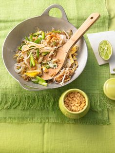 Pad Thai Thai Recipes, Asian Recipes, Healthy Recipes, Claudia S, Good Food, Yummy Food, Thai Dishes, Asian Cooking, Superfood