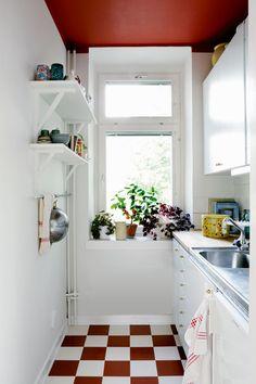Rutigt köksgolv Cottage Kitchens, Home Kitchens, Kitchen Utensils, Kitchen Cabinets, Retro Apartment, Retro Home, Bookcase, Shelves, Flooring