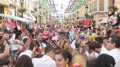 Feria de Malaga - Un événement à voir absolument.  Photo prise depuis la rue Calle Larios, dans le centre de Malaga, en Andalousie