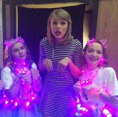 Taylor with fans in Loft St. Taylor Swift Fan, Taylor Alison Swift, Forever Girl, Ethel Kennedy, Getting Back Together, Rare Photos, Girl Crushes, Role Models, Just In Case