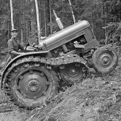 Check out this awesome photo from - 1956 Volvo with Roadless Half Track Pictures Of America, New Tractor, Crawler Tractor, Ford Tractors, Picture Blog, Antique Tractors, Volvo Trucks, Vintage Farm, Old Pictures