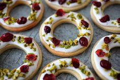 Shortcrust Pastry glazed with Lemon Icing, chopped Pistachios and dried Cranberries by Katharina Kovacs on Food Photography Pistachio Recipes, Pistachio Cookies, Rum Cupcakes, Cupcake Cakes, Christmas Biscuits, Christmas Baking, Hot Cocoa Recipe, Shortcrust Pastry, Fabulous Foods