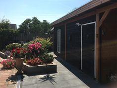 Stapelblokken zijn ongekend veelzijdig en betaalbaar. De Linia Excellence Gris 12x12x60 cm is een zeer populaire maat. Deze stapelblokken zijn strak wat betreft design en passen goed thuis in tuinen met een modern uiterlijk. Het fijne aan deze 12x12x60 cm stapelblokken is dat je er zelf mee aan de slag kunt. Je maakt eenvoudig verhoogde borders, vijvers, muurtjes en betonnen bloembakken bijvoorbeeld. #klantfoto #stapelstenen Garage Doors, Outdoor Decor, Plants, Home Decor, Seeds, Decoration Home, Room Decor, Plant, Home Interior Design
