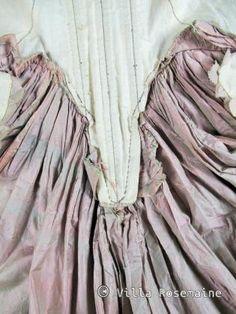 Circa 1770/1780 France Manteau de robe en taffetas changeant rose pâle et vert de gris. Manches à sabot bouillonnées. Parements et basques de falbalas plissés et crantés. Corsage baleiné à fanons et compères lacés. Garniture de gaze façonnée sur le décolleté et aux manches. Bon état de conservation. Modèle présentée sur une mannequin de taille 32 ( équivalent buste d'enfant de 12 ans) 18th Century Dress, 18th Century Costume, 18th Century Clothing, 18th Century Fashion, Historical Costume, Historical Clothing, Court Attire, Costumes Couture, Bathing Costumes