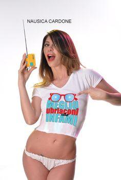 Nausica Cardone Modella per Pakkiano indossa la T-Shirt: Meglio Ubriaconi che Infami !!!