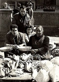 Vendiendo verduras en el rastro. Años 50. Foto Madrid, Cigar Men, Street Musician, As Time Goes By, Good Cigars, Life Is Hard, Light And Shadow, Alter, Barcelona