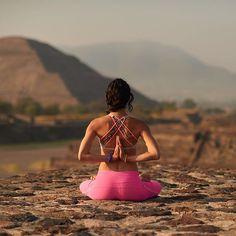 Hasta donde quieres llegar con una postura avanzada? Que lo que logres no te alimente el ego, que tu logro te lleve a trascendente positivamente en ti compartiéndolo con quienes te rodeen! .... Bienvenido Septiembre!☺️✨#yoga #handtsand #dancer #lululemon #salud #bienestar #mexico #teotihuacan