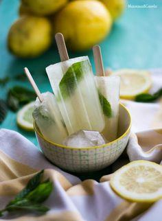 Polos de limón y hierbabuena   Ingredientes: (Receta de Montes Ortiz. Para aproximadamente 8 unidades, dependiendo del tamaño) 350 ml. de agua fría 100 ml. de zumo de limón (aproximadamente 2-3 limones) 100 ml. de agua 100 gr. de azúcar Ralladura de 1 limón Hierbabuena al gusto  Preparación:  Comenzamos preparando un sirope simple. En un cazo ponemos los 100 ml. de agua, los 100 gr. de azúcar, y calentamos a fuego medio, removiendo, hasta que el azúcar se haya disuelto por completo… Strawberry Ice Cream Bar, Yogurt Ice Cream, Ice Cream Pops, Ice Cream Desserts, Frozen Desserts, Ice Cream Recipes, Healthy Desserts, Helado Natural, Fruit Popsicles