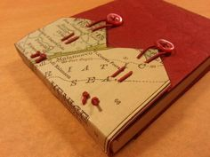 système de fermeture !  Handmade journal with tied elastic that loops over buttons.