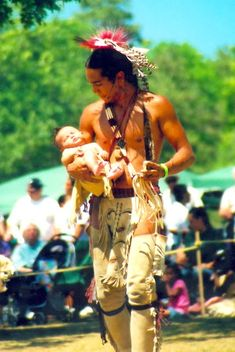 One of the most beautiful photo I've seen in a long time: Father and Child, … Eines der schönsten Fotos, das ich seit langem gesehen habe: Vater und Kind von Kathy Sharp Frisbee von della Native American Beauty, Native American History, American Indians, Native American Children, Native American Tribes, Native American Hairstyles, Native American Photos, Photo Portrait, Beltane