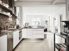 kuchnia otwarta na salon,czerwona retro cegła na scianie,stalowe blaty i półki w kuchni - Lovingit.pl