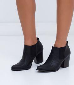 Bota feminina  Cano curto  Altura do salto: 8,0 cm  Marca: Satinato  Material: couro       COLEÇÃO INVERNO 2016     Veja outras opções de    botas femininas.          Sobre a marca Satinato     A Satinato possui uma coleção de sapatos, bolsas e acessórios cheios de tendências de moda. 90% dos seus produtos são em couro. A principal característica dos Sapatos Santinato são o conforto, moda e qualidade! Com diferentes opções e estilos de sapatos, bolsas e acessórios. A Satinato também…