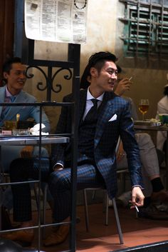 Take a look at the most stylish men at the Pitti Uomo menswear trade fair in Florence Gentleman Mode, Modern Gentleman, Gentleman Style, Modern Man, Best Suits For Men, Cool Suits, Mens Suits, Sharp Dressed Man, Well Dressed