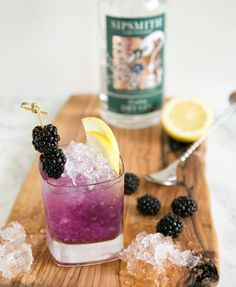 Sweet, boozy, super refreshing with a citrusy twist, the British classic Bramble cocktail is the best way to celebrate the warm season! Gin Based Cocktails, Classic Cocktails, Refreshing Drinks, Fun Drinks, Beverages, Sipsmith Gin, Gin Bar, Cucumber Gin Cocktail, Bramble Cocktail