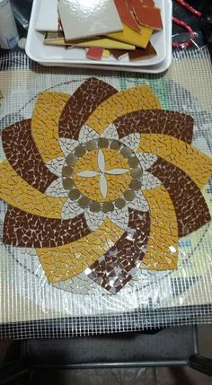 Mosaic Diy, Mosaic Garden, Mosaic Crafts, Mosaic Tiles, Mosaic Outdoor Table, Outdoor Table Tops, Mandala, Mosaic Flowers, Mosaic Madness