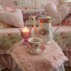 Shabby Chic - quiet, ''pink'' tea time just for her! / The Romantic Rose Romantic Cottage, Romantic Roses, Shabby Chic Cottage, Shabby Chic Homes, Cottage Style, Shabby Vintage, Vintage Tea, Shabby Chic Style, Shabby Chic Decor