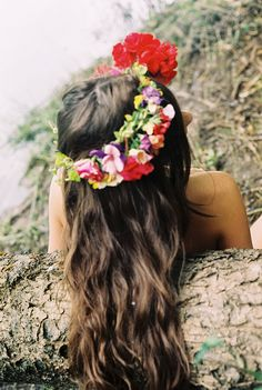 Jovem e delicada, a guirlanda de flores pode apresentar dois modelos, o tradicional em formato de guirlanda que relembra uma headband ou ainda a de arquinho onde as flores ficam situadas apenas na parte da frente da cabeça.