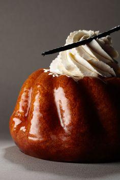 Je suis fan des Baba au Rhum, quand ils sont bien faits, c'est un de mes gâteaux préférés ! Et celui du livre de recette de Gérard Depardieu n'est pas en reste ! Attention, sirop chaud, gateau froid ou sirop froid gateau chaud ou gâteau tiède sirop tiède :D