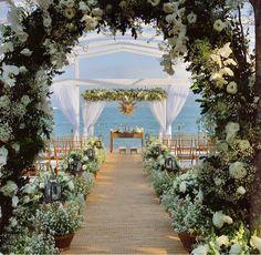 Os arcos de flores vieram pra ficar. Redondos ou retangulares, forrado de flores multicoloridas ou de muitas folhagens, eles conferem romantismo e um encantamento aos olhos de todos. Usado ...