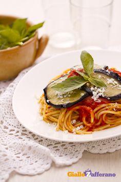 Gli SPAGHETTI ALLA NORMA (pasta with #eggplants) sono un primo piatto originario della #Sicilia, condito con salsa di #pomodoro e #melanzane fritte. #video #ricetta #GialloZafferano #spaghetti #italianfood #italianrecipe